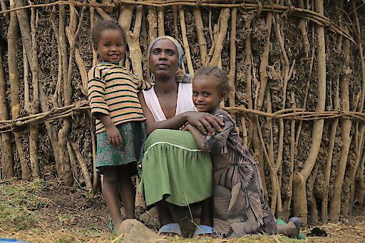 Tadalu ist alleinerziehende Mutter von fünf Kindern. Doch sie hat sich durchgekämpft und mit viel Fleiß und mithilfe der Organisation Menschen für Menschen kann sie heute ihren Kindern eine bessere Zukunft ermöglichen.