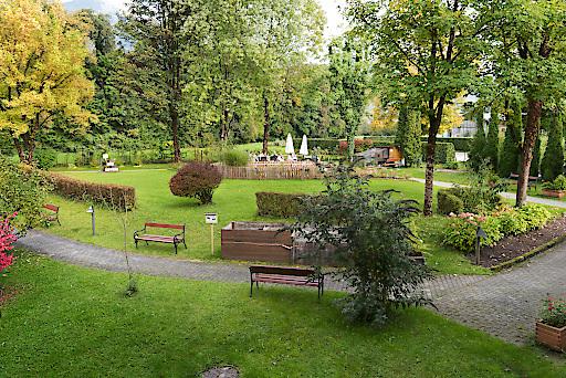 Naturnahe Ruhe im Garten der ÖJAB-SeniorInnenwohnanlage Aigen wirkt positiv auf das Wohlbefinden von BewohnerInnen und Personal.