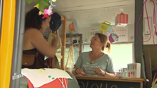 Manu verkauft ihre selbstgeschneiderte Kinderkleidung.