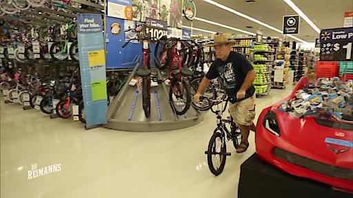 Konny kauft sich ein Fahrrad, um für seinen großen Sprung zu trainieren.