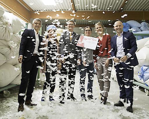Der KSV1870 uebergibt seinem 24 000stem Mitglied, der Seibersdorfer Bettfedern- und Daunenfabrik GmbH eine Urkunde
