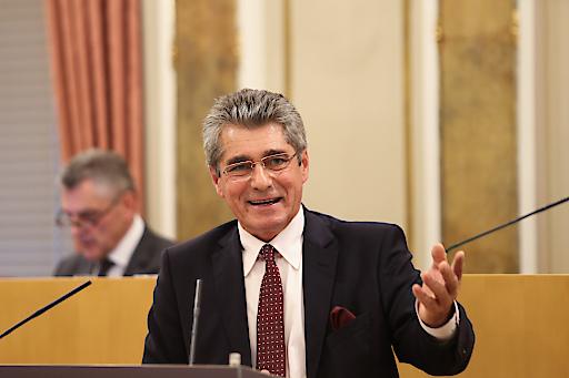FPÖ-Klubobmann Mahr am Rednerpult im Oö. Landtag