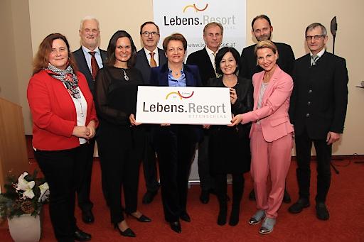Vertreter vom Land Niederösterreich, der Pensionsversicherung, und der Region sowie das Führungsteam des Lebens.Resort Ottenschlag feierten das 10 jährige Jubiläum des Gesundheitszentrums.