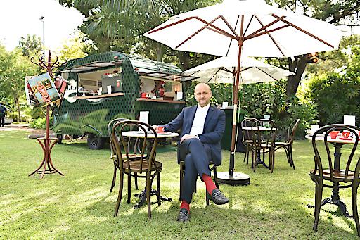 Tourismusdirektor Norbert Kettner im Kaffeehaus unter Palmen auf der Art Basel in Miami Beach