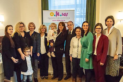 OKIDS Pressekonferenz 2018 - v.l.n.r: Familie Mühl-Hittinger, OA Dr. Vassiliki Konstantopoulou, Univ.-Prof. Dr. Ladenstein, MBA, Familie Wimmer / Dr. Neumann, OA Dr. Sabine Renner, Mag. Dr. Dr. Alexandra Kreissl, MSc, Univ.-Prof. Dr. Susanne Greber-Platzer, MBA, Andrea Mikolasek