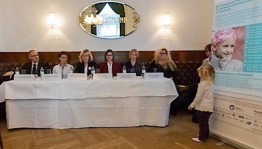 Im Bild v.l.n.r.: Dr. Thomas Neumann, Dr. Sabine Renner, Dr. Ruth Ladenstein, Dr. Susanne Greber-Platzer, Dr. Vassiliki Konstantopoulou, SR Ulrike Mühl-Hittinger