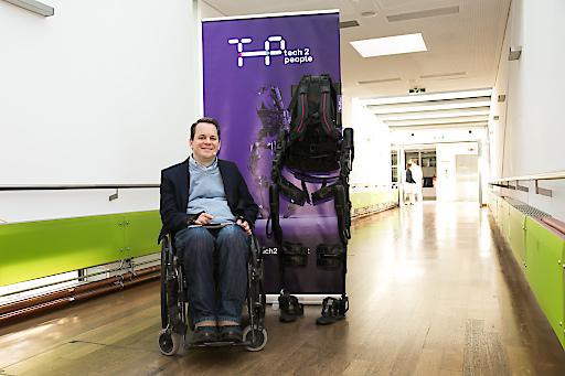 Im Bild: Gregor Demblin und das Exoskelett