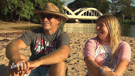 Die werdenden Großeltern Konny und Manu rätseln, ob sie einen Enkelsohn oder eine Enkeltochter bekommen werden.