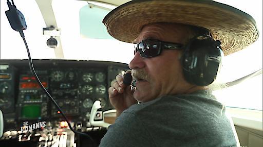 Konny fliegt mit einer Cessna auf die Vulkaninsel Molokai.