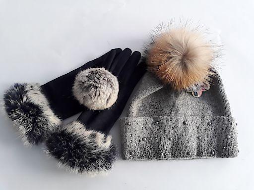 Produkte aus Pelz, die VIER PFOTEN auf Wiener Christkindlmärkten trotz des Pelz-Verkaufsverbots gefunden hat.