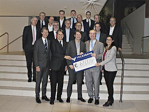 Im Bild: Generaldirektor DI Gerald Fleischmann und Obmann des Vereins, Mag. Martin Heilinger mit Geschäftsleitern der österreichischen Volksbanken.