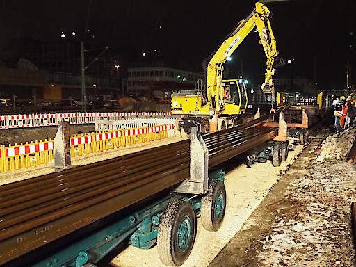 In der Nacht werden die Schienen im Ulmer Hauptbahnhof vom Güterzug auf den Lkw umgeladen