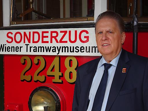 Helmut Portele vor dem restaurierten H1-Motorwagen Nr. 2248 im Wiener Tramwaymuseum - Museumsdepot Traiskirchen
