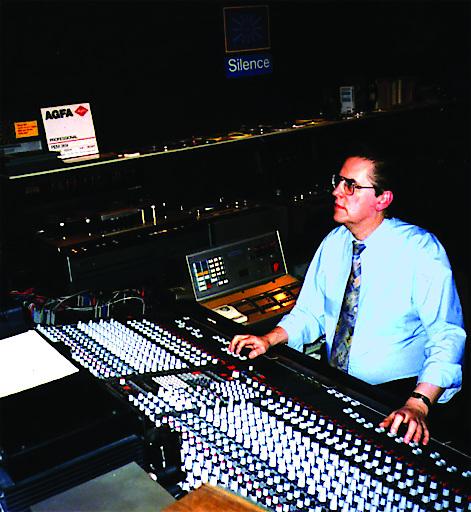 Helmut Portele bei der Arbeit als Toningenieur in einem der Regieräume seiner Viennasound Studios VRC
