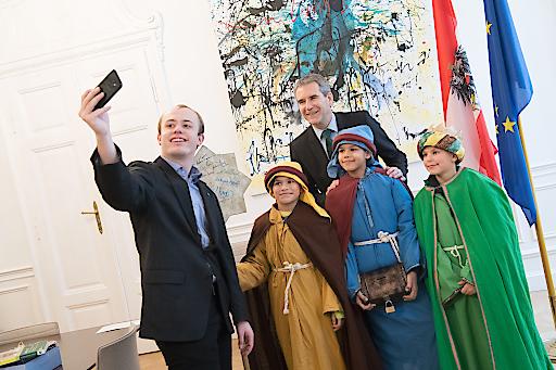 Sternsinger aus der Wiener Pfarre Alser Vorstadt absolvierten heute ihren traditionellen Besuch im Bundesministerium für Finanzen und überbrachten Finanzminister Hartwig Löger die Friedensbotschaft sowie den Segen für das Jahr 2019.