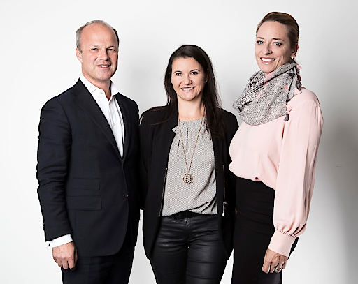 Markus Mair, Vorstandsvorsitzender der Styria Media Group, mit styria digital one Prokuristin Marion Stelzer-Zöchbauer und Geschäftsführerin Xenia Daum
