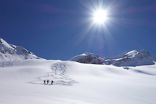 """Skitour in den Alpen. Für einen guten Einstieg in die Tourensaison veranstaltet der Alpenverein auch in der Saison 2018/19 die Vortragsreihe """"Lawinen Update"""""""