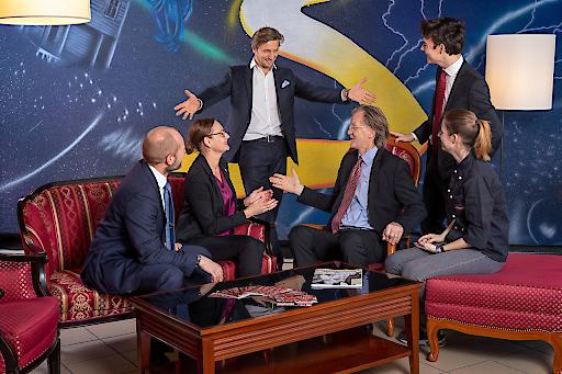 Wolfgang Grascher präsentiert mit großer Euphorie die dTH-Savoyen-Selva-Lounge in der HLTW13 Bergheidengasse