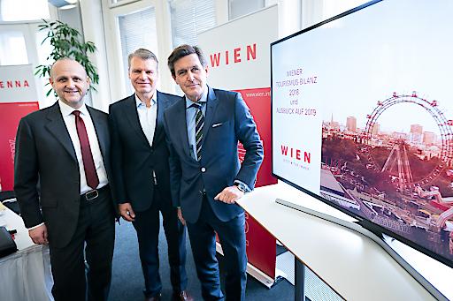 StR Peter Hanke präsentiert mit Norbert Kettner (Wien toursimus)und Hr Otto (AUA) Die wien tourismus Jahresbilanz