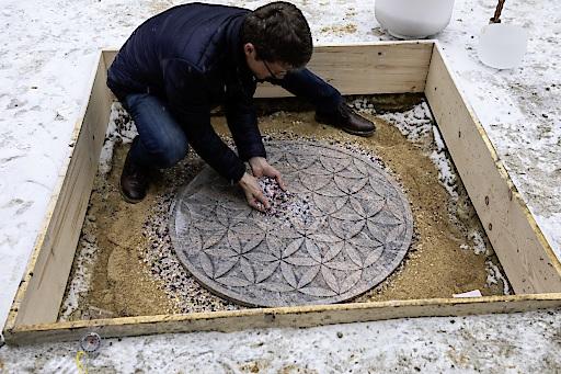Geomantiker Manfred Kovacs bei der Steinsetzung