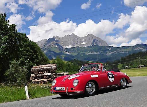 Automobilklassiker aus sechs Jahrzehnten gehen bei der 32. Kitzbüheler Alpenrallye vom 5.-8. Juni wieder auf große Fahrt über die schönsten Bergstrecken der Alpen (im Bildhintergrund: der Wilde Kaiser).