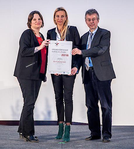 Bundesministerin Juliane Bogner-Strauß überreichte Sabine Zech und Christoph Gisinger das Zertifikat, das das Haus der Barmherzigkeit ab sofort auch ganz formell zum familienfreundlichen Arbeitgeber macht.