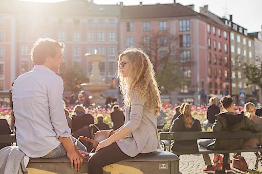 """Sonnenfreuden am Gärtnerplatz / Weiterer Text über ots und www.presseportal.de/nr/115169 / Die Verwendung dieses Bildes ist für redaktionelle Zwecke honorarfrei. Veröffentlichung bitte unter Quellenangabe: """"obs/München Tourismus/Christian Kasper"""""""