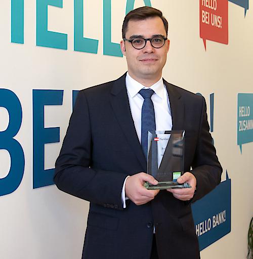 Markus Niederreiner, Managing Director der Hello bank!, mit dem Numer One Brokerage Award