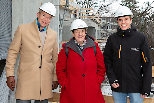 Von links nach rechts: Dieter Schmahel (Vorstand PROJECT Immobilien Wien) Andrea Kalchbrenner (Bezirksvorsteherin Penzing) und Michael Seeberger, MScRE, MSc. (Vorstand PROJECT Immobilien Wien).
