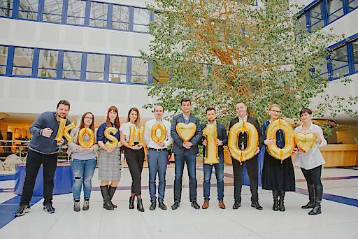 KOSMO-Team freut sich über das zehnjährige Jubiläum und 100 Ausgaben.