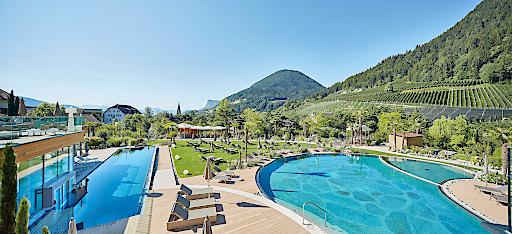 Gartenparadies: 17.000 m² mediterrane Parklandschaft mit Infinity-Pool, Natur-Pool & Sole-Herz-Pool