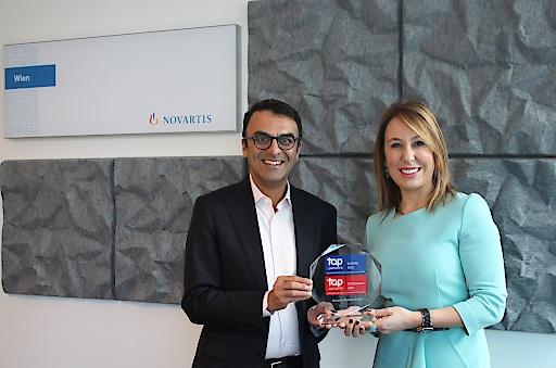 Chinmay Bhatt, General Manager Novartis Pharma Wien, und Tuba Albayrak, General Manager Novartis Oncology Wien, präsentieren die Auszeichnung.