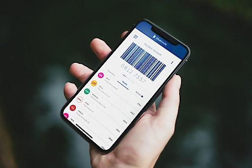 Bluecode ermöglicht bargeldloses Bezahlen per Android-Smartphone, iPhone und Apple Watch ge-meinsam mit digitalen Mehrwertservices