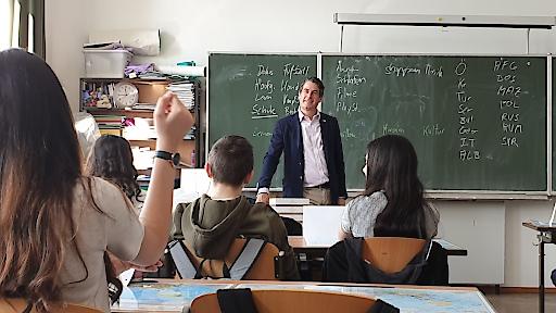 CEO Stefan Borgas unterrichtet Berufsorientierung an einer Mittelschule in 1020 Wien.