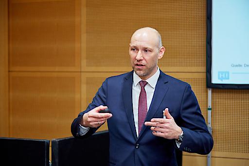 Walter Larionows, Head of Sales & Customer Relations der Hello bank! stellt den Veranlagungsexperten die neuen B2B-Angebote vor.