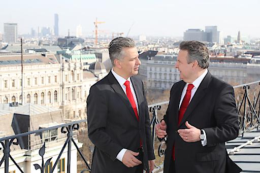 Wiens SPÖ-Klubvorsitzender Mag. Josef Taucher im Gespräch mit Wiens Bürgermeister, Dr. Michael Ludwig, auf der Dachterrasse des Wiener Rathauses.