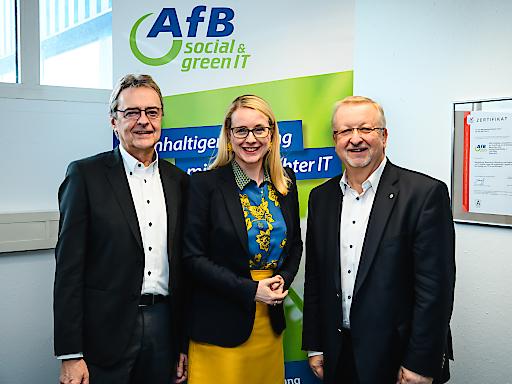 Kurt Essler, Geschäftsführer AfB in Österreich, mit Bundesministerin Dr. Margarete Schramböck und Franz Grohs, Vorsitzender des AfB-Expertenbeirats