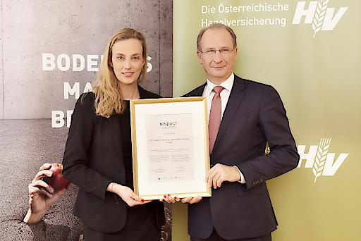 respACT-Geschäftsführerin Mag.a Daniela Knieling überreicht Dr. Kurt Weinberger, Vorstandsvorsitzender der Österreichischen Hagelversicherung, die Urkunde zur respACT-Mitgliedschaft