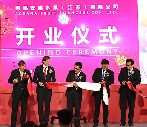 Eröffnungsfeier des neuen AGRANA Fruchtzubereitungswerkes in Changzhou China im Beisein von Bürgermeister Chun Ding (Mitte) und AGRANA CFO Stephan Büttner (2. v.li.)