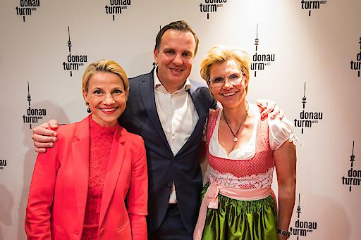 Die Eröffnung des Donauturms wurde mit einer rauschenden Party gefeiert (im Bild Moderatorin & Schauspielerin Kristina Sprenger, Donauturm-Miteigentümer Mag. (FH) Paul Blaguss, und Donaubräu-Gastgeberin Manuela Krings-Fischer).