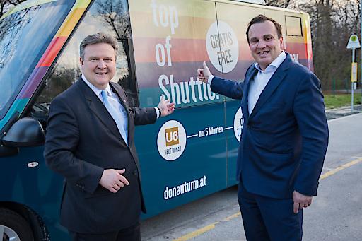 Ab April wird es einen kostenlosen Shuttle von der U1 zum Donauturm geben (im Bild Bürgermeister Dr. Michael Ludwig und Donauturm-Miteigentümer Mag. (FH) Paul Blaguss).