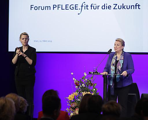 """Bundesministerin Beate Hartinger-Klein beim Forum """"PFLEGE.fit für die Zukunft"""" am 21.3.2019 im Studio 44 in Wien"""