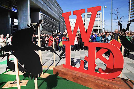 Internationaler Tag des Waldes: Überdimensionale WALD Skulptur am Landhausplatz in St.Pölten als Zeichen zum Schutz des Waldes vor Ausbau von Windkraft