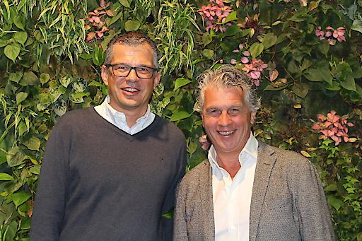 im Bild von links nach rechts: Michael Rehberger, Leiter Mittelstand & Partner Microsoft Österreich und Mitglied der Geschäftsleitung und Thomas Holzhuber, Geschäftsführer von holzhuber impaction, freuen sich über die Zusammenarbeit.