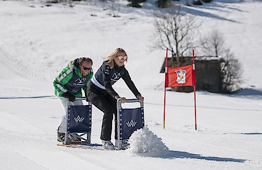 """Eine """"Mordsgaudi"""" hatten Ski-Olympiasiegerin Maria Höfl-Riesch und Galerist Heinrich Walentowski beim Biertisch-Rodeln – eine der drei Disziplinen des ersten Ski Triathlons am Wilden Kaiser/Tirol zugunsten der Laureus Sport for Good Foundation. Bildnachweis: Ski Triathlon/Franz Oss"""