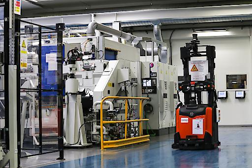 """AGV in einer Fabrik / Weiterer Text über ots und www.presseportal.de/nr/13502 / Die Verwendung dieses Bildes ist für redaktionelle Zwecke honorarfrei. Veröffentlichung bitte unter Quellenangabe: """"obs/Ericsson GmbH"""""""