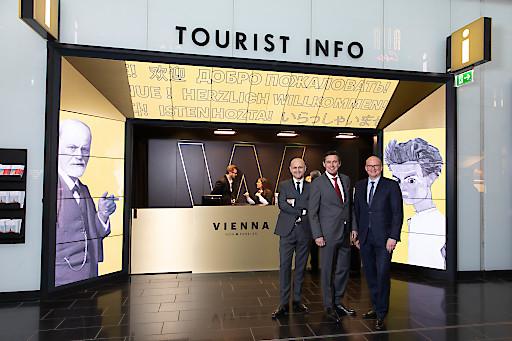Im Bild v.l.n.r.: Tourismusdirektor Norbert Kettner mit Stadtrat Peter Hanke und Flughafen-Wien-Vorstand Julian Jäger bei der Eröffnung des neuen Welcome-Points des WienTourismus in der Ankunftshalle des Flughafen Wien