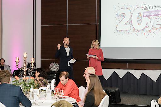 Andrea & Andreas Kernreiter, Mit-Gründer von Symposion Hotels, führten mit unterhaltsamen Geschichten und einem kniffeligen Quiz durch den Abend.