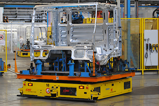 Fahrerlose Transportsysteme von DS AUTOMOTION als mobile Werkbänke in der Automobilindustrie