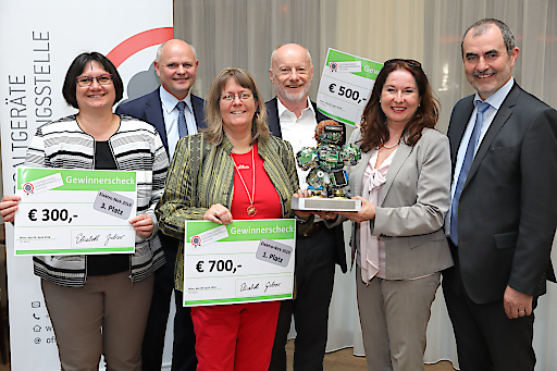 https://www.apa-fotoservice.at/galerie/17799 Im Bild v.l.n.r.: Ingrid Pirgmayer (Preisträgerin 3. Platz, Umweltpreis der EAK Austria Elektro-Nick 2019), Johann Mayr (GF der ARGE Österreichischer Abfallwirtschaftsverbände und Jury-Mitglied), Bettina Leiner (Preisträgerin 1. Platz, Umweltpreis der EAK Austria Elektro-Nick 2019), Alfred Krenn (Preisträger 2. Platz, Umweltpreis der EAK Austria Elektro-Nick 2019), Elisabeth Giehser (GF Elektroaltgeräte Koordinierungsstelle Austria GmbH), Josef Plank (Generalsekretär BM Nachhaltigkeit und Tourismus)